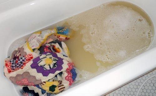 Как стирать ватное одеяло вручную