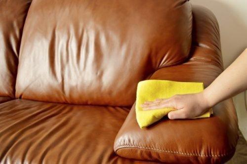 Протирание мебели из кожзама