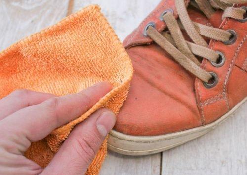 Пятно на обуви из кожзама