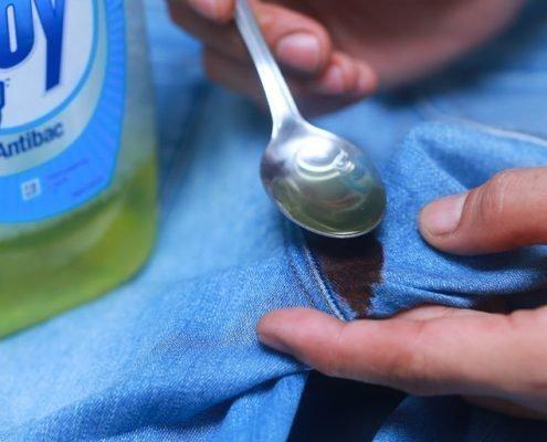Убрать пятно крови с джинсов