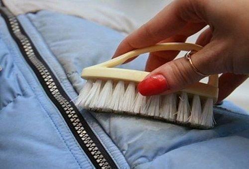 Убрать жирные пятна с болоньевой куртки