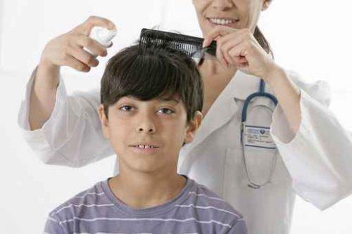 Ребенок с вшами у доктора