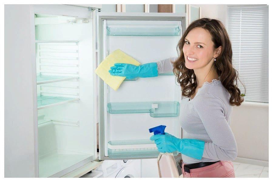чем удалить запах из холодильника