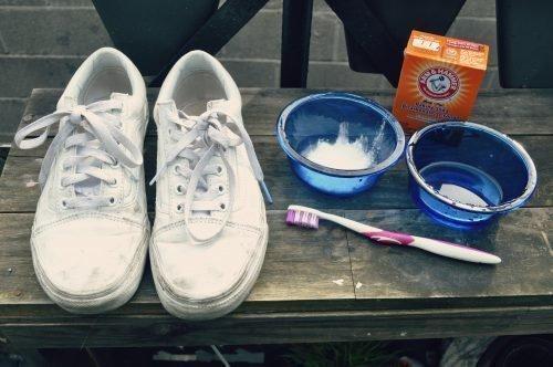 Как отстирать белые кеды: от желтых пятен, в домашних условиях
