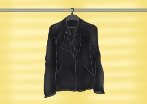 Куртка висит на плечиках