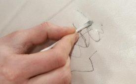Чем и как оттереть пятно от шариковой ручки с кожзама?