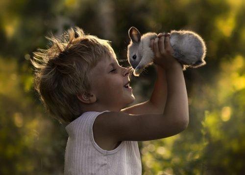 Ребенок с питомцем