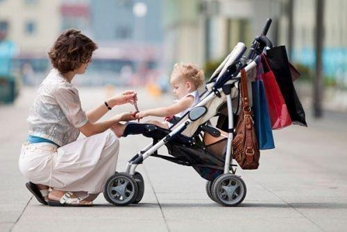 Мама с ребенком на детской коляске