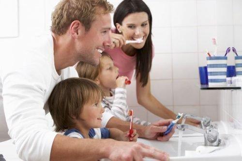 Семья в ванной